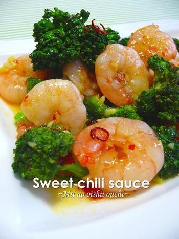 夏のおもてなしには、さわやかな辛味が魅力のスイートチリソース炒めがおすすめです。海老もブロッコリーも食感が大切な食材です。調味料は事前に準備しておいて、手早く炒め合わせるようにしましょう。