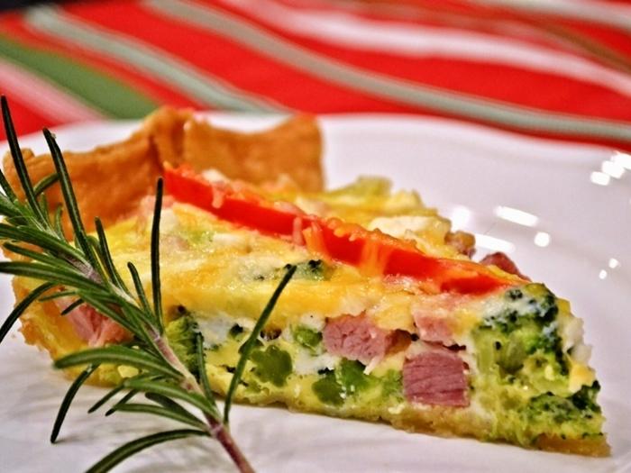 おもてなしやブランチにぴったりな、ハムとブロッコリーのキッシュです。卵の黄色とハムの赤、ブロッコリーの緑が華やかな一品ですね。卵をしっかり焼き固めるので、小さくカットしてお弁当のおかずにも◎。