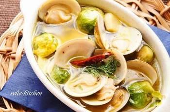 お酒のおつまみとして嬉しい、貝を使ったアヒージョもとっても簡単。コロンとした芽キャベツは味も食べやすさも◎ 中にショートパスタを入れてアレンジすれば、締めのメニューとしても美味しく頂けます。