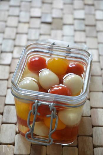 ミニトマトとうずらの卵のコロンとしたかわいいピクルス。カラフルなミニトマトを使うと彩りも華やかですね!軽くつまめるミニサイズがおつまみにぴったりです。バルっぽく、小さな器にこんもりと盛り付けてみましょう。