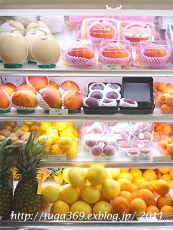 店内には、新鮮なフルーツがずらりと並ぶ冷蔵庫があります。こちらのフルーツは、購入することもできるんですよ。おみやげにも喜ばれそう。