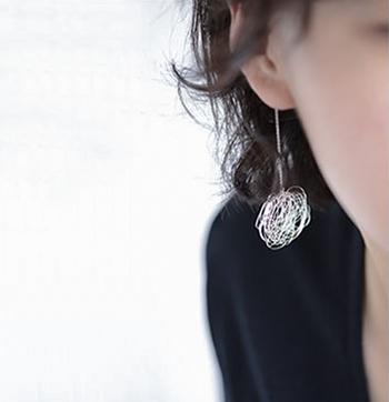 裁縫をした後に散らばっている丸い糸屑。そんな何気ない日常の発見から生まれた糸屑のジュエリー。キラキラ輝く糸屑モチーフが、お顔を明るく輝かせるピアスです。