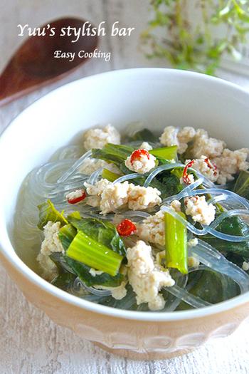 こちらの春雨スープは、ナンプラーを入れたエスニック風。唐辛子が効いていてピリッと辛い味付けは体が温まります。およそ10分で作れてしまう時短レシピです。