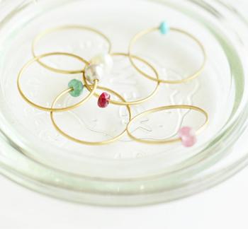 14ktの華奢なリングに天然石のビーズを通したとても可愛い指輪。シンプルながらユニークなアイディアが特徴的なデザイン