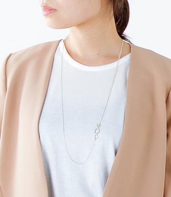 3つのリングがアクセントになった大人っぽい雰囲気のロングネックレス。シンプルなデザインがどんな服装にも似合い、コーディネートに映えるデザイン。控え目なゴールドカラーは派手すぎず、華やかなパーティーシーンはもちろん、セレモニーなどフォーマルなオケージョンにもぴったりです。