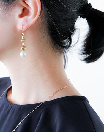 小さな淡水パールが耳元で繊細に揺れ動く、大人っぽく上品な雰囲気のフックピアス。程よい大きさのパールと、メタルのボールが耳元で繊細に揺れて、女性らしく上品に耳元を飾ります。