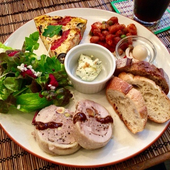 フレンチテイストのお料理が美味しいと近所でも評判のカフェでは、画像のデリランチプレートも人気がありますが、週末のディナータイムには、限定のおつまみメニューも登場し、フランス産ワインや各国の輸入ビールと一緒にゆったり、お酒と食事を楽しむ方も多いとか。