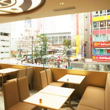 大きな窓からは渋谷の街並みを一望することができます。移り変わりの激しい渋谷に立地していながらも、店内はどこか懐かしい落ち着いた雰囲気です。