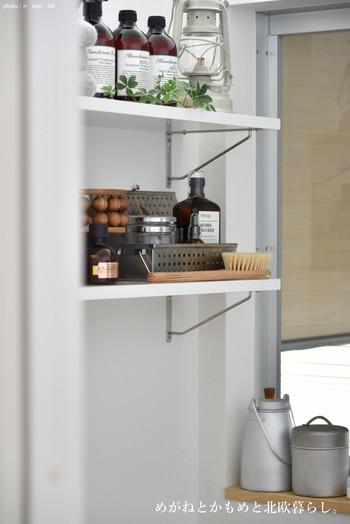 インダストリアルな雑貨のセレクトも素敵です。アルミのミルクポットやコーヒー缶は工房アイザワのもの。化粧水用のコットンやコンタクトを収納されているのだそう。 入浴後すぐにお手入れできるよう、美容アイテムも揃っています。
