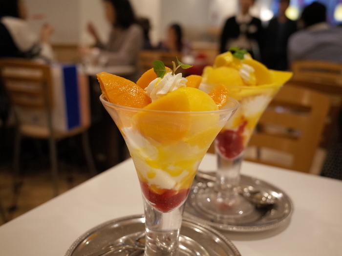 """""""本物の味をシンプルに""""をモットーに作られるパフェは、老舗の貫禄を感じます。こちらは、暖かくなると食べたくなる「ペリカンマンゴーとアップルマンゴーのパフェ」。酸味と濃厚な甘み、ふたつの違いを食べ比べできると人気なんですよ。"""