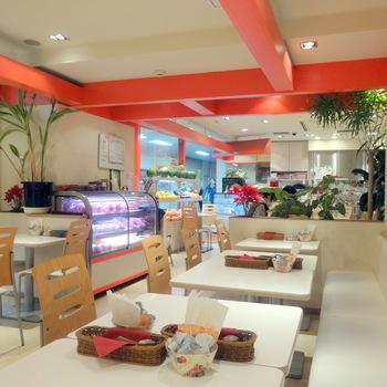 白と赤のインテリアが可愛らしい店内は、とても明るい雰囲気です。