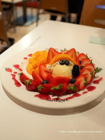 パフェは、グラス以外にもプレートに盛り付けられたタイプもあるんですよ。こちらは、赤とオレンジ色のコントラストが美しい「宮崎マンゴーと博多あまおうのパフェ」。フルーツの味をよりおいしく引き立ててくれる、バニラアイスとのバランスも絶妙です。