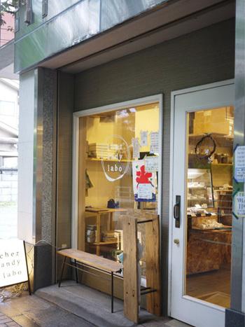 「シェ アンディ ラボ」さんは府中駅から8分ほどのところにある、ちいさな洋菓子のお店です。ケーキ屋さんでいただけるかき氷は、ビジュアルも味もケーキのような逸品です!