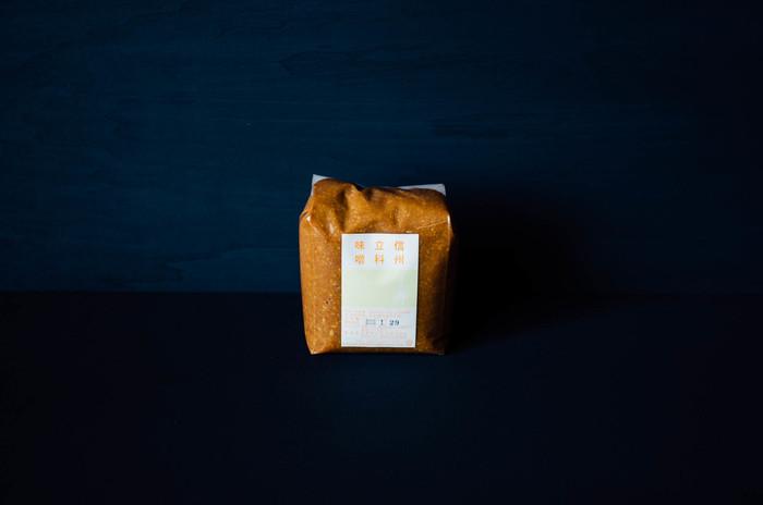 """先程ご紹介したイマイ醤油と同じ製造元、酢屋茂がつくる""""信州立科味噌""""は、バランスのとれたすっきりまろやかな味わいが特徴的。酢茂屋の味噌は、1月~春先にかけて極寒の中で込みが行われます。寒さが厳しい時期に仕込むことで、夏から秋、秋から冬と、季節を経ることで熟成が進み、特有の深い香りと味、旨みが生まれます。"""