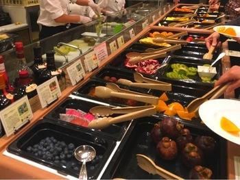 予約がすぐに満席になってしまう「フルーツ食べ放題」では、世界のフルーツ20~24種を思う存分いただけます。日本を代表する高級果物店の味を楽しめるなんて、贅沢ですよね。予約はネットまたは電話で受け付けているので、気になる方はHPをチェックしてみてはいかがでしょうか?