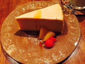 お豆腐を使ったスイーツも、ヘルシーで美味しくカフェタイムに大人気。70%以上、豆腐が使われている「豆腐ちーずケーキ」は、白砂糖と小麦粉は一切使用せず、土台の部分には、おからのタルトが使われており、濃厚ながらさっぱりとした味わいはクセになりそう。