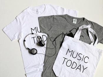 お揃いのTシャツもあります。友人や家族にTシャツをプレゼントして、自分はバッグを持つといった風にさりげないペアルックを楽しむのも◎。