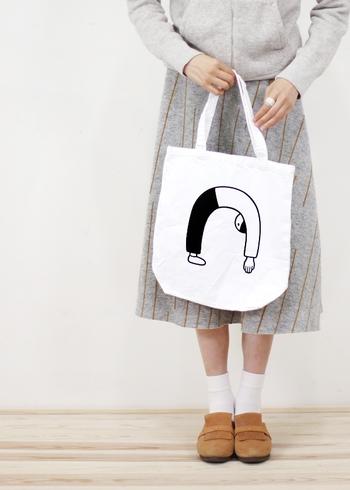 値段の手ごろさと可愛いデザインで、ついつい欲しくなってしまうトートバッグ。日常使いはもちろん、やわらかい生地のバッグなら小さく折りたたんでエコバッグとして携帯しても◎。