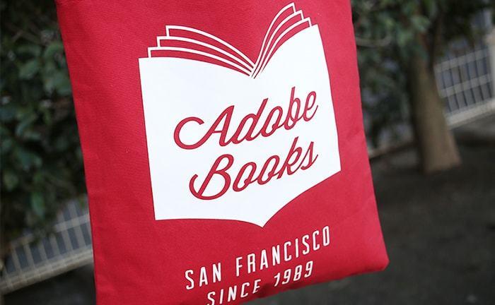 真っ赤なボディに白抜きのロゴがかっこいいトートバッグ。持っているだけで、海外の街をお散歩している気分になれるバッグです。
