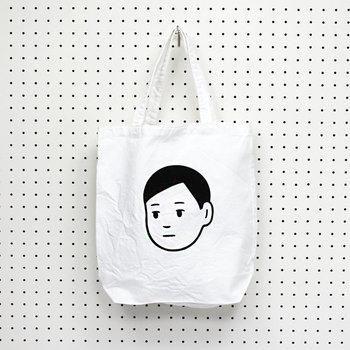どこか憂うつな表情にも見えますし、何か考え事をしているようにも見える男の子。見る人の精神状態によってとらえ方が異なる、不思議なトートバッグです。