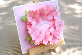 こちらは大ぶりの桜のリースがパッと飛び出してくる、とっても華やかなデザイン。そのまま立てかけて置けば、入学パーティーの装飾にも使えそう!