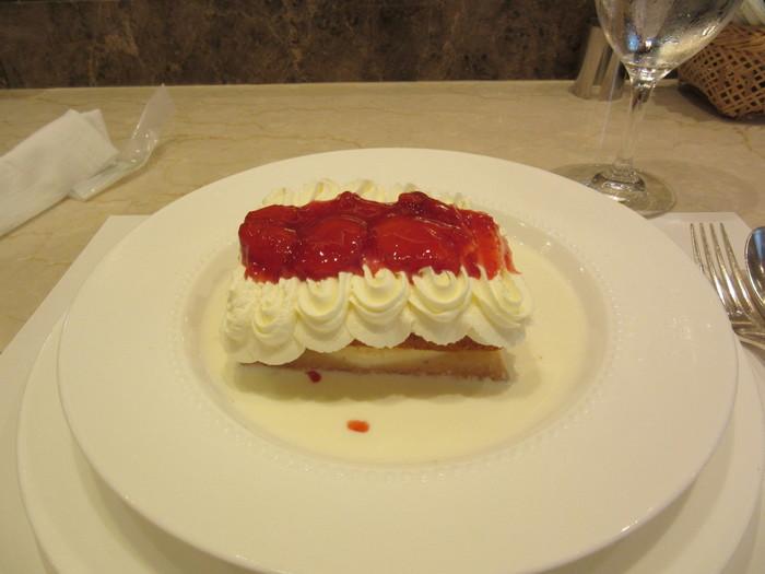 今が旬のイチゴを使った「アメリカンショートケーキ」です。千疋屋5代目がアメリカを訪れた際に、一般家庭で食べられているケーキをヒントに生まれたそう。ミルクを吸わせたスポンジにバニラアイスを乗せ、イチゴソースと生クリームがかけられています。初めて食べる味なのに、どこか懐かしさを感じるスイーツです。