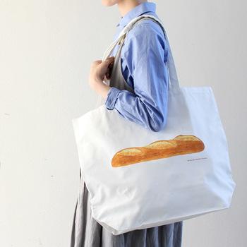 美味しそうなフランスパンの木版画が施されたトートバッグ。焼き立てのいい香りがただよってきそうです。