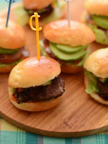 はじめはミニサイズのハンバーガーをスライダーと呼んでいましたが、今では同様の大きさの「スライダー・ロール」と呼ばれるバンズを使って作られたサンドイッチをスライダーと呼んでいます。