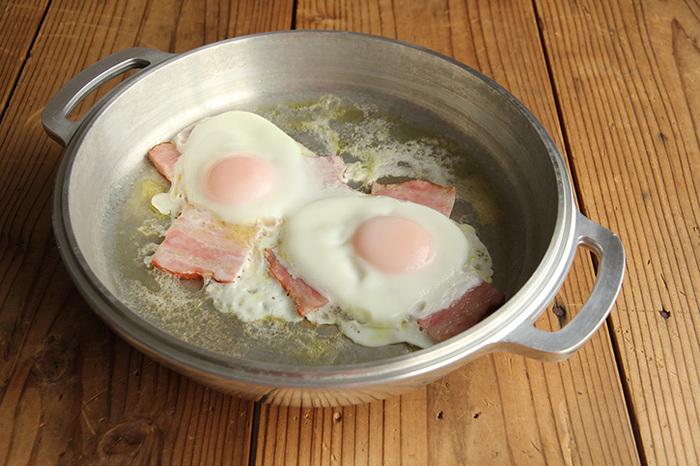 フタになっている部分はなんとフライパン代わりとして焼いたり炒めたりする調理に使えます。オーブンにも対応しています。なんと素晴らしい機能なんでしょう!使い始めると感動の連続を味わえる世代を超えて愛され続けている万能なお鍋です。