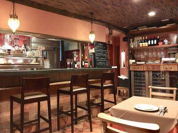 オーナーシェフ檀上氏は、スペインで1000軒以上のバルを食べ歩いたことがあるとか。以前は恵比寿にあったお店ですが、2015年より調布に移転。場所は変わっても長年のファンは変わらず通い続けている裏切りのない店です。