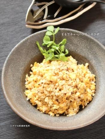 こちらで使用しているのは白米ではなく麦。きのこやねぎをみじん切りにして一緒に炒めると、チャーハンのような食べ応えがありながらも、サラダのようにヘルシーですよ。