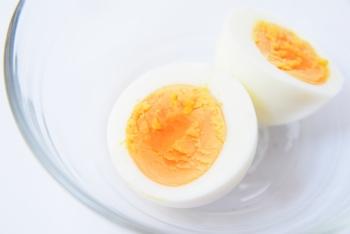 黄身がズレてしまう原因は、卵の片寄り。でも簡単な方法で、黄身を真ん中にすることができるんですよ。