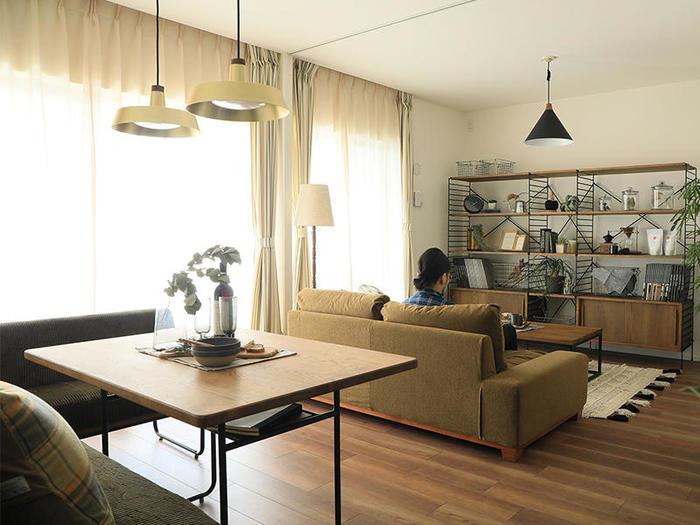 家具をお部屋の中心にまとめて配置すると、作業に集中したりゆったりリラックスしやすくなるのだそう。窓辺からも適度な距離ができ陽射しの影響を受けにくいですね。