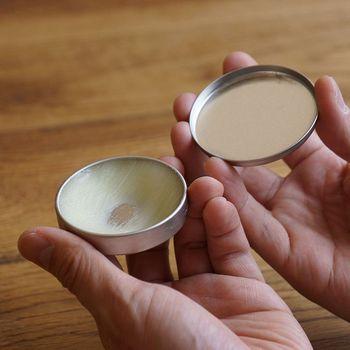 UVカットスプレーやオイルもありますが、なるべく自然素材を使いたいという方におすすめな蜜蝋ワックス。UVカット効果はありませんが、無垢材の油分をしっとりと補い、色艶が退化しにくくなりますよ。