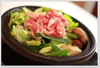 ピリッと効かせた柚子胡椒がたまらない、豚しゃぶ鍋です。水分が少なくてもタジン鍋でしっかり蒸され、素材のうま味が凝縮されて美味しくいただけますよ。