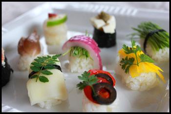 豆腐と野菜だけのヘルシー握り寿司。繊細な飾り付けで野菜も一躍パーティーの主役です。女性の心をくすぐるひとくちサイズがパーティーや手土産に◎