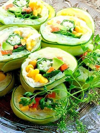 少し手間はかかるけれど、野菜の美しい色合いはパーティーの主役級!女性に喜んでもらえるレシピです。
