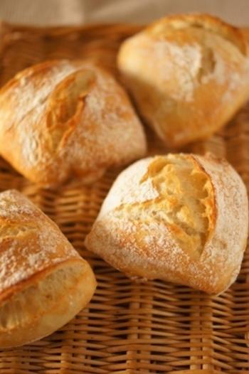 パンはチャバッタを用意します。 平たく四角い形をしているのでパニーニに向いています。 手に入らない場合はバゲットや食パン、フランスでポピュラーな白パンでもOK。