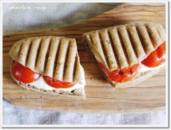 数種類の穀物・マルチグレインを入れたフォカッチャ生地で焼いたパンは、とってもヘルシー!トマトとモッツアレラチーズを挟んで、シンプルに。