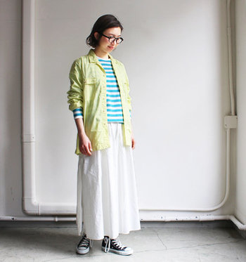 パッと目を引くターコイズカラーが新鮮。春の明るい色合いの服に良く似合いそうです。