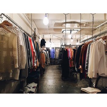 1日に10点以上新しい商品が追加されるので、訪れるたびに新鮮さを感じられます。アメリカやヨーロッパで買い付けられた古着は、新品のアイテムと合わせても相性の良いものがセレクトされています。