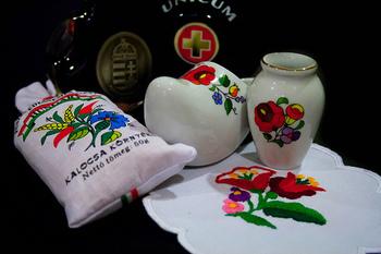 カラフルな色遣いと素朴なお花モチーフが可愛い、ハンガリーのカロチャ刺繍もサテンステッチが基本です。難しそうに思えますが、サテンステッチをマスターしていれば意外と簡単です。シンプルな雑貨を北欧風にリメイクできちゃいますよ♪