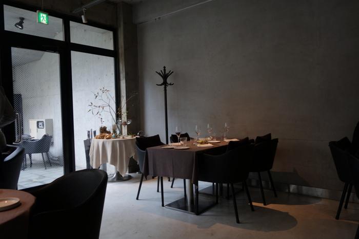 大きなガラス張りの店内は、地下とは思えない明るさ。テーブルがゆったりと配置されていて大人の空間です。ランチ、ディナーどちらも楽しめますよ。
