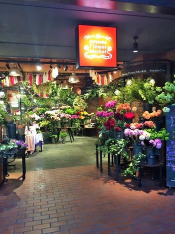 表参道の駅からすぐのところにある「青山フラワーマーケット ティーハウス 」。フラワーショップの奥にカフェスペースがあります。