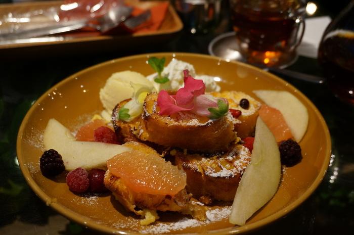 バゲットタイプのフレンチトーストは、焼き加減が絶妙。じゅわっと甘く柔らかなフレンチトーストの周りには、バニラアイスやフルーツ、エディブルフラワーが色どり良く盛り付けてあります。女子心をきゅんきゅんくすぐられますよね。こちらの「季節のフラワーフレンチトースト」は南青山本店限定スイーツなので、ぜひ注文してみては?
