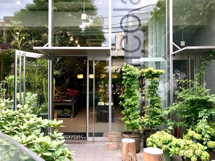 南青山エリアで知らない人はいないと言われるほど有名な「ニコライバーグマン ノム」。表参道の駅から3~4分歩くと見える大きなガラス張りの建物が目印です。カフェは、2階建ての建物の1階にあります。フラワーショップと併設しているので、お花を買うついでにカフェでお茶というのも良いですね。