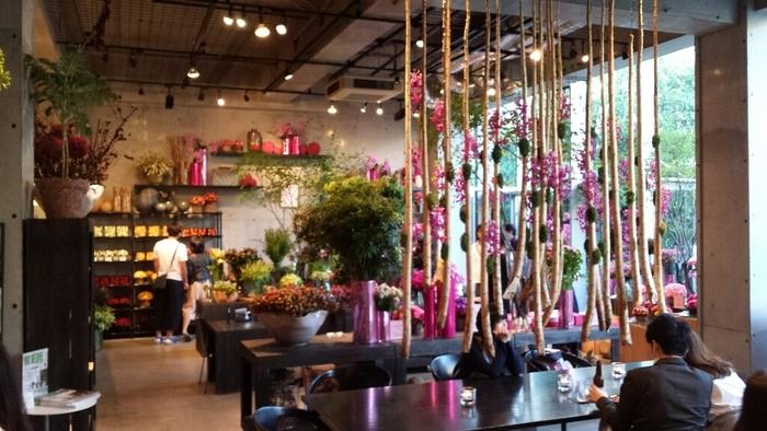 どこを見渡してもお花がたくさん。フラワーアーティストのニコライバーグマン氏のセンスがあふれるカフェは、シックでシンプルなインテリアがお花の美しさを引き立てています。テーブルや椅子は、ヤコブセンやHAYなどの北欧家具を使っていて、インテリア好きの方も楽しめそう。