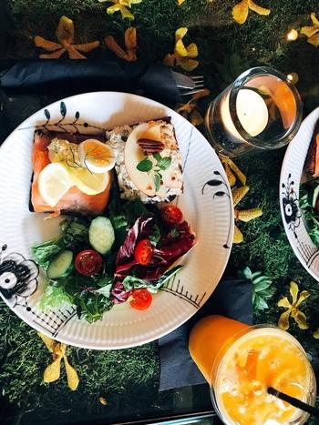 ライ麦パンの上にバターを塗り、その上にお魚や野菜、チーズなどをのせたオープンサンドイッチ「スモーブロー」は、デンマークの伝統料理のひとつ。ここではランチでいただくことができます。北欧デザインのプレートにお野菜の色が映えますね。ガラステーブルの下にディスプレイされているグリーンやお花と相まって、まるでひとつのアート作品のように楽しめます。