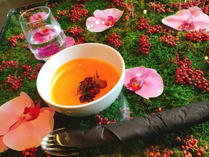 こちらはランチのスープ。グリーンと濃いピンク色のお花と黄色のスープがとてもキレイ。ガラステーブルの中のディスプレイは季節ごとに変わるので、いつ訪れても楽しめます。
