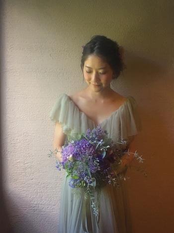 繊細に重ねられたシフォンが砂糖菓子のような美しさを醸し出すカラードレスですね。淡い色のドレスは、幻想的でとても素敵ですよね。アクセサリーやサッシュベルトを変えれば、お色直しから2次会まで活躍しそうです。